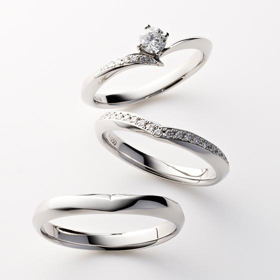 >V字のラインがきれいに見せられるセットリング。ダイヤモンドのグラデーションがとても美しい。