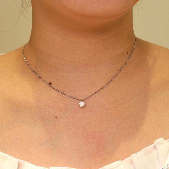 >婚約ネックレスに最適。普段使いしやすいダイヤモンド一粒タイプのネックレスです。