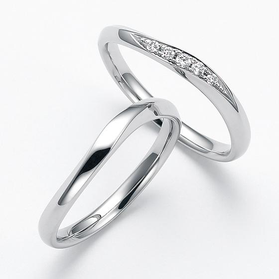 S字のカーブラインがお指をきれいに魅せる人気のマリッジリング。大きさをグラデーションにしたダイヤモンドが流れを作り一層きれいに見せてくれます。
