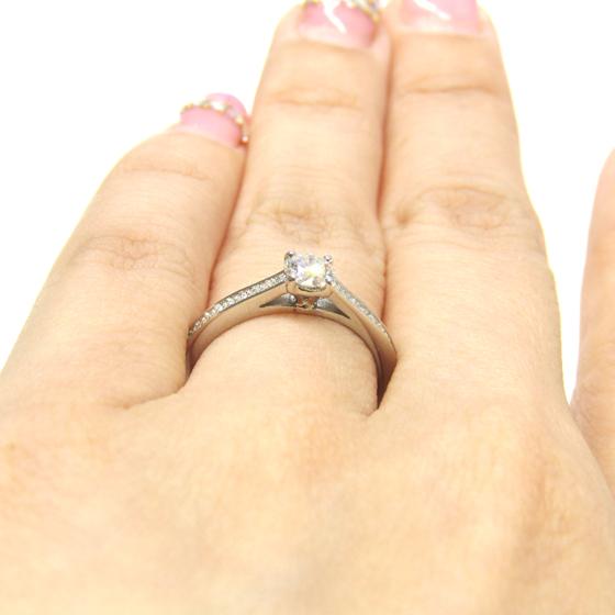 >中央のダイヤモンドに向かって、高くセッティングされより多くの光が取り込めるようにデザインされている。