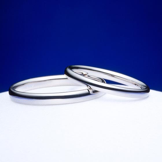 シンプルにプラチナの輝きを楽しめる結婚指輪。つるんと丸い仕上がりは指当たりも良く着けているのを忘れてしまうほど。