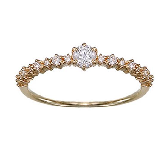 普段使いしやすいボリュームを抑えた華奢なエンゲージリング。ゴールドのお爪が華やかに魅せ、輝きをUPさせる。