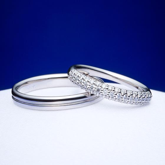 ダイヤモンドを規則的に3列あしらったパヴェセッティングの結婚指輪。すべてハート&キューピットのダイヤモンドがきらめきを生み出します。