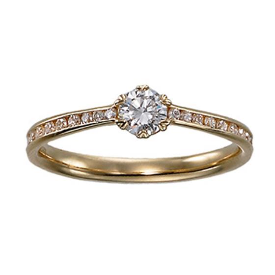 ダイヤモンドで埋め尽くされたゴージャスな印象のエンゲージリング。ダイヤモンドを留めるお爪がハート型に…♡