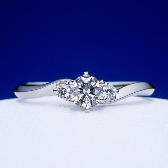 緩やかにセンターダイヤモンド向かって優しく包み込むような婚約指輪。