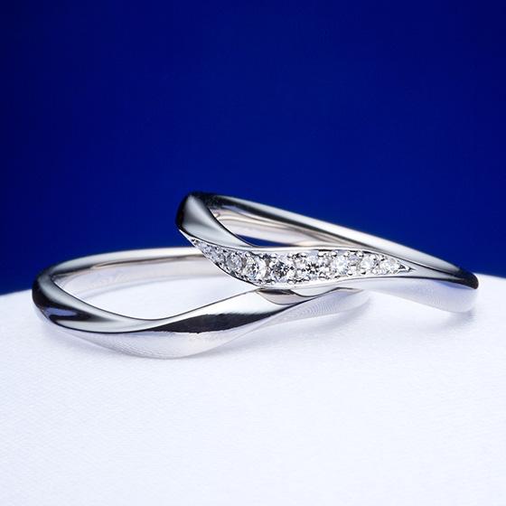 指に沿わせた緩やかな印象の結婚指輪。プラチナリングいっぱいに敷き詰められたダイヤモンドが流れを作り、さらに指をきれいに見せてくれる。