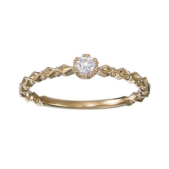 繊細にカットされたゴールドのリングはダイヤモンドとは違う輝きを放ちます。細身のシルエットが指もとをおしゃれに魅せるアイテムです。