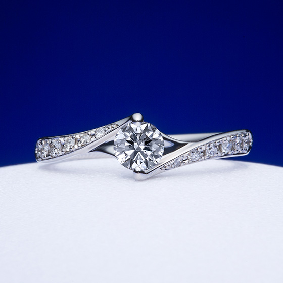 指輪全体にダイヤモンドを敷き詰めた華やかなデザイン。ダイヤモンドを埋め込みにしてあるため、大人なイメージに。