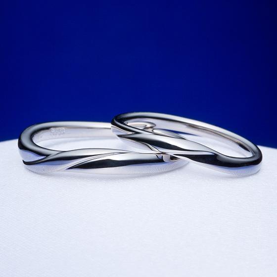 緩やかなにカーブした着けて心地の良い結婚指輪。ダイヤモンドをあえてセッティングしていないため、プラチナの質感が楽しめるデザインです。