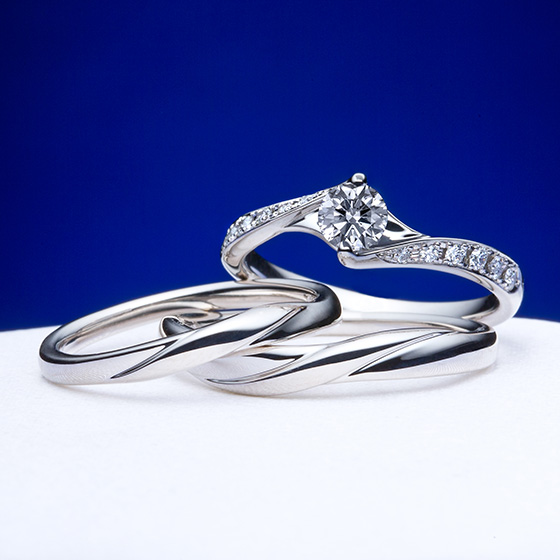 華やかな婚約指輪+シンプルな結婚指輪は王道のデザイン。婚約指輪の特別感が一層感じられるセットリングです。