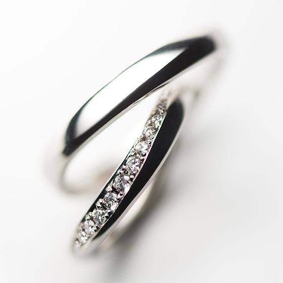 どんな角度からもダイヤモンドの輝きを楽しめ、ボリューム感のあるデザインはお指にしっとりとした質感を生み出すマリッジリング。