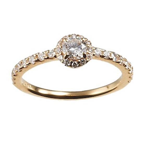 小さなメレダイヤモンドを散りばめた婚約指輪。細身で繊細なリングなので、さりげなくオシャレに着けられる。