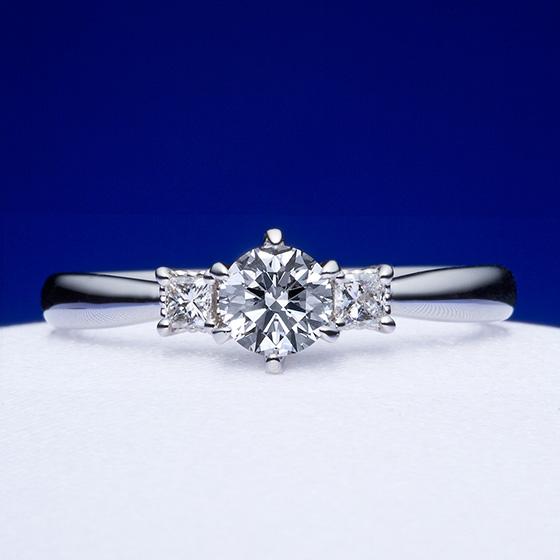左右に四角のダイヤモンド(プリンセスカット)をあしらった婚約指輪。輝き方の違う2つのダイヤモンドを1つのリングで楽しめます。