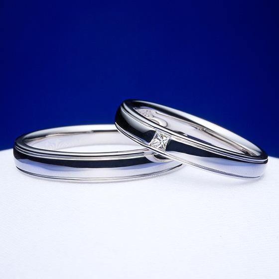 プラチナの上下に施されたラインがきらりと輝くシンプルな結婚指輪。lady'sには四角のダイヤモンド(プリンセスカット)が施されシャープな印象に。