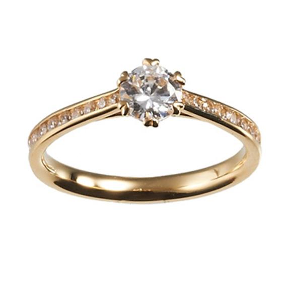 ダイヤモンドを散りばめたゴージャスな印象の婚約指輪。センターは0.3ctのダイヤモンドを使用し存在感たっぷり。