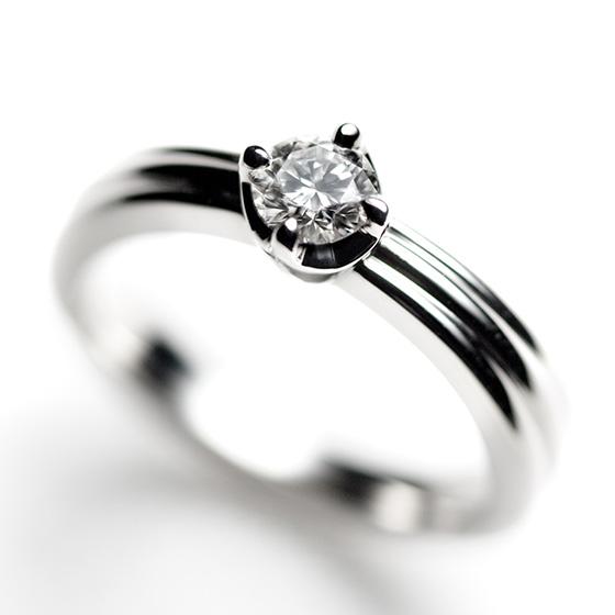 シンプルな1粒タイプの婚約指輪。プラチナのボリューム感を感じながらも、ふたりの永遠の愛を感じさせるダイヤモンドの輝きが際立つデザインです。