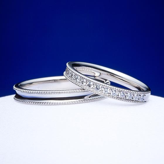 おそろいのミル打ちを施した結婚指輪。ミル打ちとダイヤモンドの輝きがまばゆいデザインです。