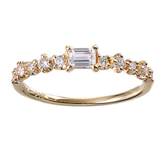 様々な大きさ、形をしたダイヤモンドを使用したエタニティリング。ランダムな輝きを1つの指輪で楽しめる贅沢なデザインです。