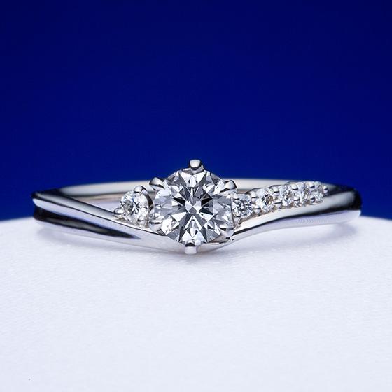 幸せを運んでくれる波をイメージしたエンゲージリング。アシンメトリーにセッティングされたダイヤモンドが流れを作り、指をきれいに見せる効果も♡