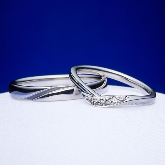 それぞれの想いを形にしたV字とストレートの結婚指輪。
