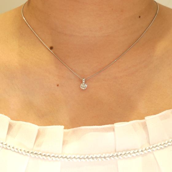 婚約ネックレスに最適。普段使いしやすいダイヤモンド一粒タイプのネックレス。