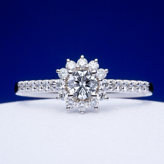 大輪の花が咲き誇る、ゴージャスな婚約指輪。細身のアームがデザインを強調する。