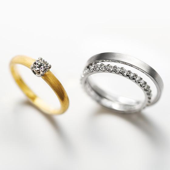 シンプルな婚約指輪と合わせるのは王道のエタニティタイプのリング。一生もののダイヤモンドリングを日常使いで♡