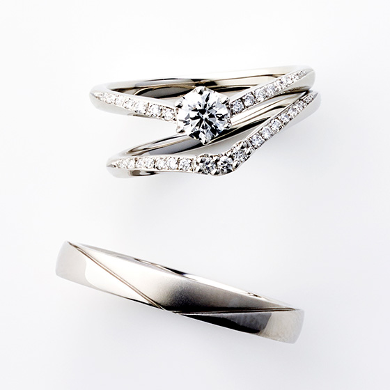 細身のV字のセットリング。リング全体に繊細なダイヤモンドを埋め込んでいるのできらびやかな印象に…