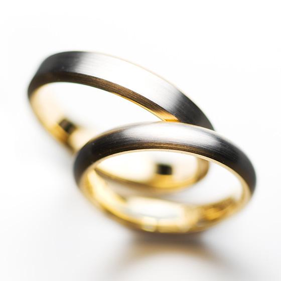 プラチナとゴールドのコンビネーションが美しい結婚指輪。全体をマットで仕上げているため、手に馴染みやすい温かみのあるデザインになっています。