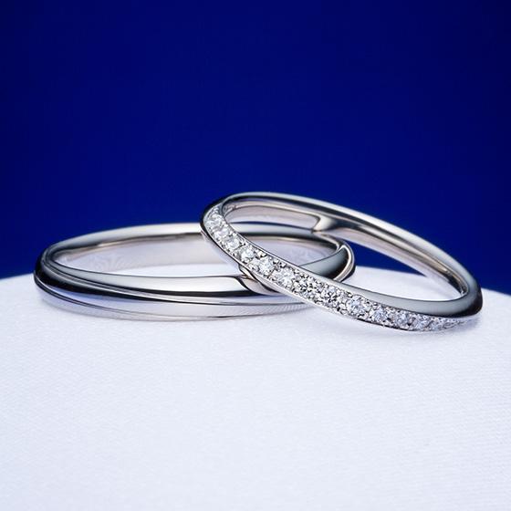 リングの端から端まで斜めにダイヤモンドをセッティングした結婚指輪。