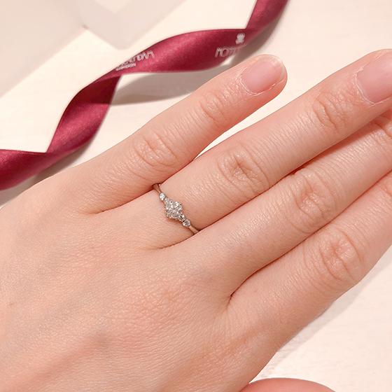 モニッケンダムはダイヤモンドカッターならではの特徴を活かし、豊富なダイヤモンドからその製品のデザインに最もふさわしい素材を厳選しています。デザインに合わせてカッティングすることもあります。