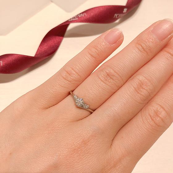 ダイヤモンドがアーム上部に留められており、マリッジとぴったり重ね着けたい方へもオススメ♡