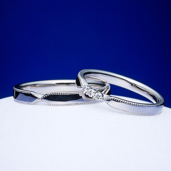 ふたりの想いを繋ぐ『架け橋』をイメージした結婚指輪。おそろいのミル打ちを施し、シンプルなデザインにアンティークのイメージを。