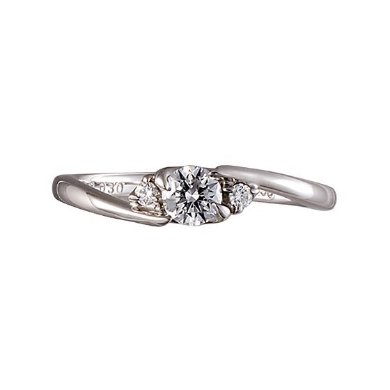 中心のダイヤモンドを包み込みような優しいイメージの婚約指輪。