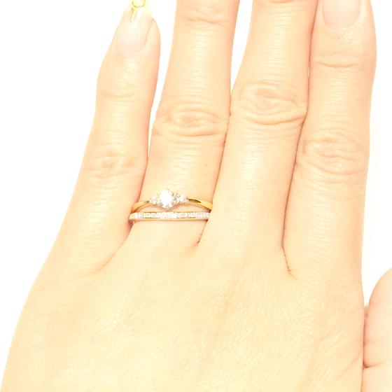 >柔らかなカーブが指に馴染むマリッジリング♡エンゲージとの重ね着けも