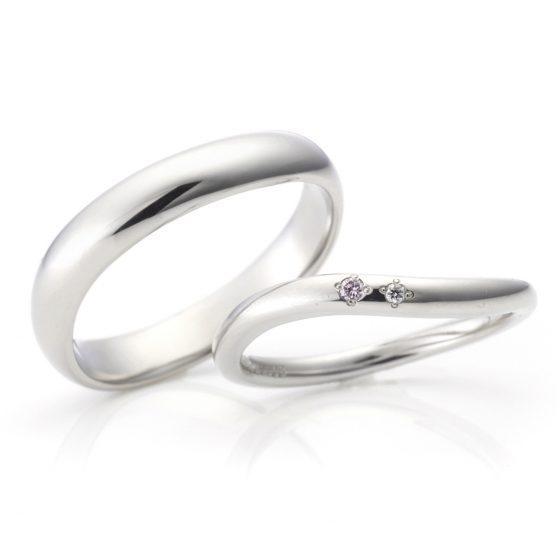 指に馴染みやすいS字のカーブラインのマリッジリング。男性と女性のボリューム感を変え、お互いに着けやすいデザインになっています。