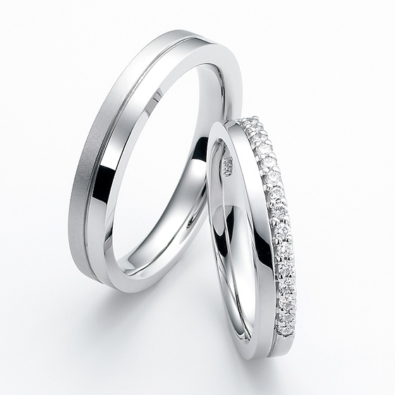 上下でデザインに変化をつけたストレートタイプのマリッジリング。一面にセッティングされたダイヤモンドが華やかに魅せてくれる。