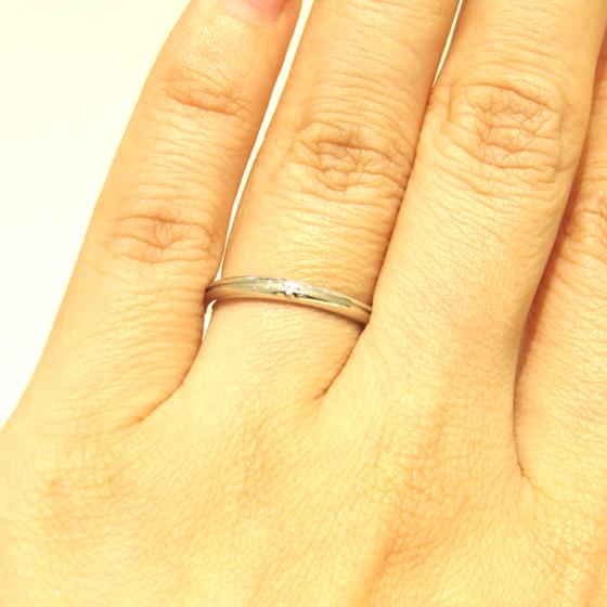 >1石あしらわれたダイヤモンドがシンプル&上品に演出してくれる♡十字に刻まれたラインはお2人の軌跡。