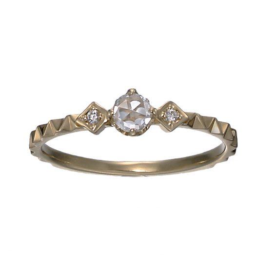 ローズカットダイヤモンドを使用した、印象深い輝きを放つエンゲージリング。リング部分をカットしてあることでダイヤモンドだけではない輝きを楽しむことができます。