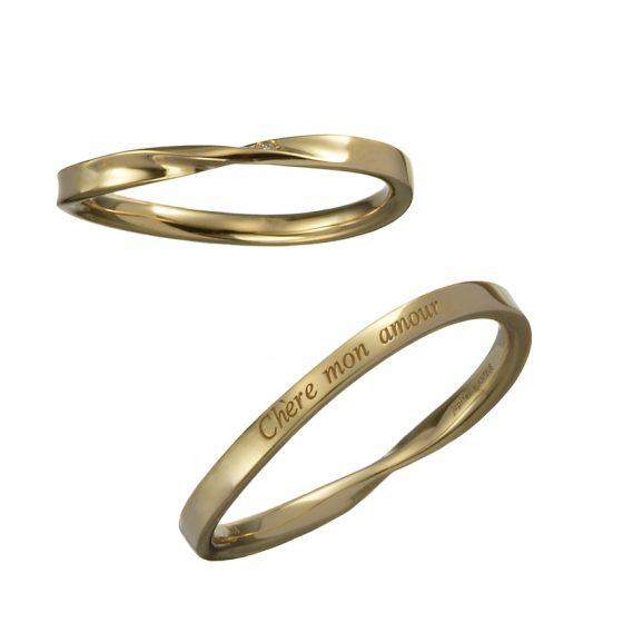 中央にひねりを加え1粒のダイヤモンドを加えたシンプルな結婚指輪。リングの後ろ側には二人だけのメッセージを刻印できます。
