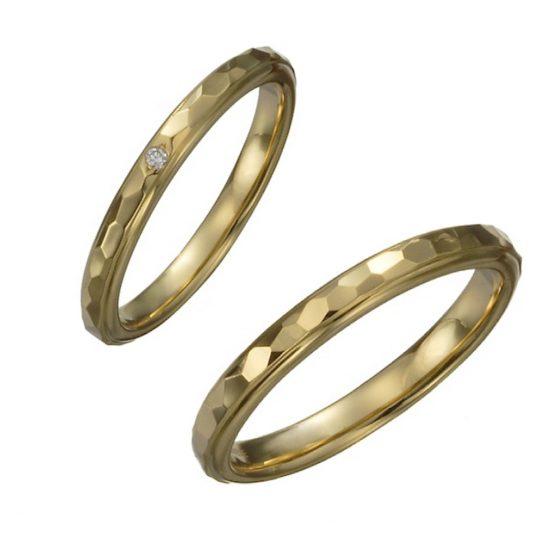 細かな槌目模様を施した独特な輝きを放つ結婚指輪。ランダムに模様をつけ、手に馴染みやすいナチュラルな印象。