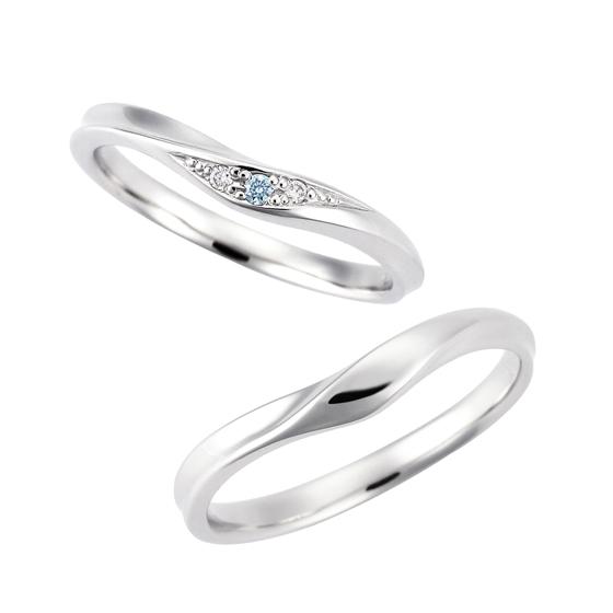 >指をきれいにみせるV字のマリッジリング。奥ゆかしく、ひそやかに輝くブルーのダイヤモンドが美しい。