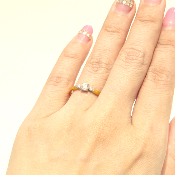 >ゴールドの色味は肌馴染みが良く、センターダイヤのサイドが細く絞られていることで指を華奢に演出してくれる♪