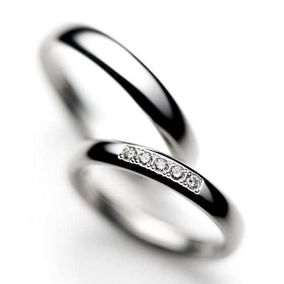 丸みのあるシンプルな結婚指輪。さみしくなりすぎない、さりげないダイヤモンドが女性に人気。