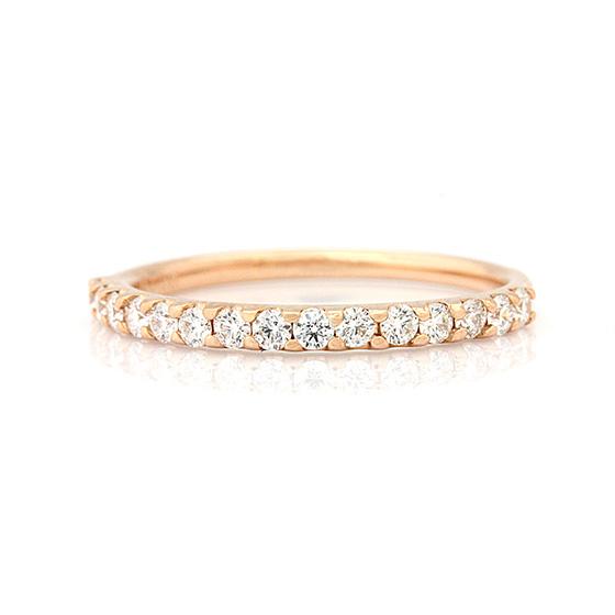 爪留めタイプのハーフエタニティリング。ピンクゴールド×ダイヤモンドは好相性です。