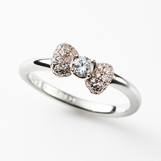 大きなピンクのリボンにきらめくダイヤモンドをセッティングしたキュートなエンゲージリング。