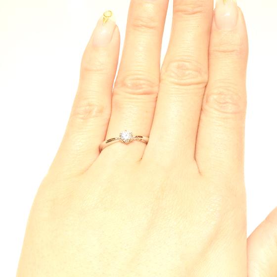 >側面に2石並んだメレダイヤがキュートなエンゲージリング♡