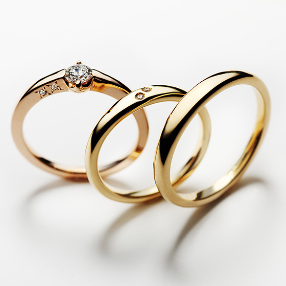 シンプルなストレートラインのセットリング。2つのリングには寄り添う2人をイメージしたダイヤモンドが2石。