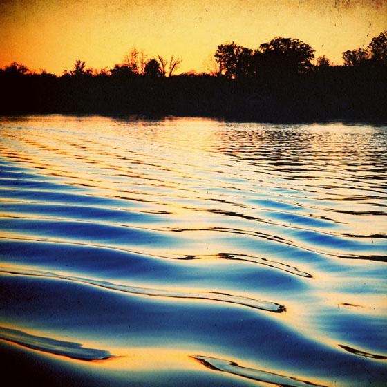 >水面のまたたきに照らされて 波に導かれるように出会ったふたり