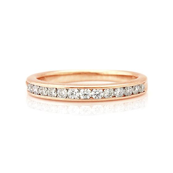 レール留め(チャネルセッティング)のハーフエタニティリング。ピンクゴールドとダイヤモンドは相性が良いです。